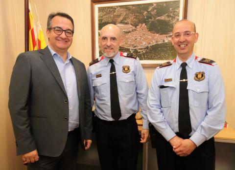 L'alcalde de l'Aleixar, Antoni Abello, amb l'intendent Jaume Morón i el sotsinspector Enrique Rodríguez  de l'àrea bàsica policial Baix Camp-Priorat